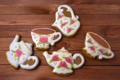 Un service à thé royal de glaçage de pain d'épice de deux tasses de thé, de cruche de lait et de théière Image libre de droits