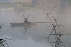 Un seul pêcheur dans un bateau Images stock