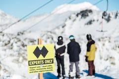 Un seul signe d'experts indiquant une double course de diamant noir sur le dessus de la montagne de Blackcomb photos stock