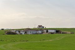 Un sheepfold encima de la colina en Transilvania imágenes de archivo libres de regalías