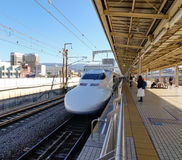 Un Shinkansen s'arrêtant à la station à Toyama, Japon Photos stock