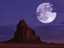 Un Shiprock iluminado por la luna, New México, en la noche Imagenes de archivo