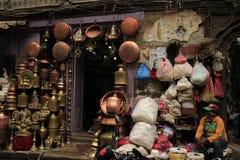 Un shopkeer sur la vieille partie du marché à Katmandou Images libres de droits