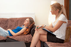 Un sicoterapeuta de sexo femenino trata a un paciente femenino fotografía de archivo libre de regalías