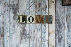 Un signe avec l'amour de mot sur le fond du vieux mur du boa Photo stock
