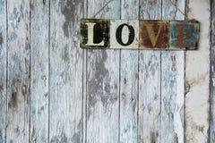 Un signe avec l'amour de mot sur le fond du vieux mur du boa Images libres de droits