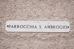 Un signe avec le nom de rue sur le mur Photographie stock libre de droits