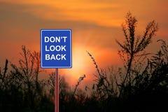 Un signe avertissant un ` t de Don regardent en arrière Images stock