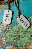 Un signe d'amour et un rire se connectent une carte Photo stock