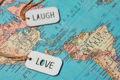 Un signe d'amour et un rire se connectent une carte Photographie stock