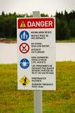 Un signe de danger de plage avec des règles dans l'anglais et le Français Image stock