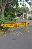 Un signe de fermeture de rooad bloquant la route images libres de droits
