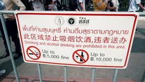 Un signe de l'information indiquant l'interdiction de fumer et de boire les boissons alcoolisées dans le territoire du temple de  banque de vidéos