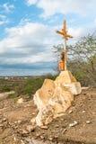 Un signe de la foi, une croix, beaux nuages dans un lroad sec à la campagne de Cariri Paraiba Brésil images stock