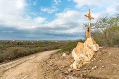 Un signe de la foi, une croix, beaux nuages dans une route sèche à la campagne de Cariri Paraiba Brésil photographie stock libre de droits