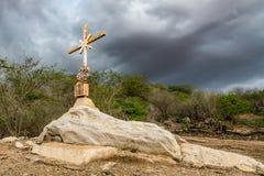 Un signe de la foi, une croix, beaux nuages dans une terre sèche à la campagne de Cariri Paraiba Brésil photo libre de droits