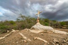Un signe de la foi, une croix, beaux nuages dans une terre sèche à la campagne de Cariri Paraiba Brésil image stock