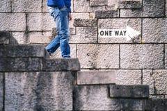Un signe de manière avec la promenade de l'homme en bas Images libres de droits