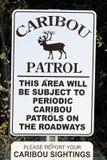 Un signe de patrouille de caribou indiquant pour rapporter des visées photographie stock