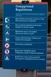 Un signe de règlements de terrain de camping avec de diverses règles Images stock