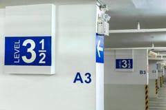 Un signe de stationnement de voiture, niveau 3 de plancher dans l'intérieur de garage, Ne Images libres de droits