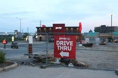 Un signe dirigeant des conducteurs vers la commande d'aliments de préparation rapide du ` s de Wendy  Le ` s de Wendy est un chef photo stock