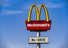 Un signe du ` s McDrive de McDonald contre le ciel bleu Images stock