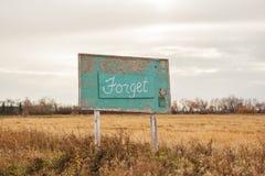 Un signe en bois vert annonçant «oublient» Photos libres de droits