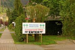 Un signe faisant de la publicité un terrain de camping chez Harrison Hot Springs images libres de droits