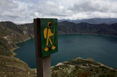 Un signe marque la manière de la hausse de boucle de Quilotoa Photographie stock