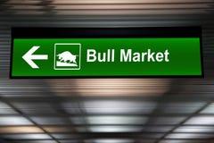 Un signe modifié indiquant un marché haussier en avant Couleur verte images stock