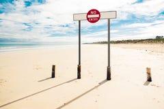 Un signe n'entrent pas, se tenant sur la plage large images libres de droits