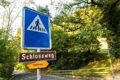 Un signe piétonnier de route avec des directions de manière photos libres de droits