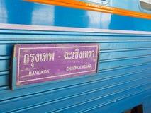 Un signe pourpre de plat indique que Bangkok à Chachoengsao a attaché sur le train diesel Thaïlande de la Thaïlande Images libres de droits