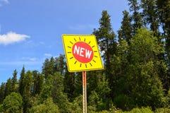 Un signe qui indique nouveau Image stock