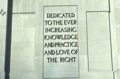Un signe qui lit le ½ de ¿ d'ï a consacré à la connaissance et la pratique et l'amour toujours croissants du ½ de ¿ de rightï Photo stock