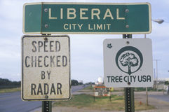 Un signe qui lit le ½ libéral de ¿ de Limitï de ville de ½ de ¿ d'ï Photographie stock libre de droits