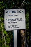 Un signe raide de traînée d'attention avec des avertissements supplémentaires images libres de droits