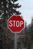 Un signe rouge d'arrêt d'avertissement Photographie stock libre de droits