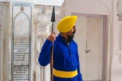 Un sikh con una lanza - guerrero indio duro que guarda el templo de oro Imágenes de archivo libres de regalías