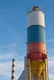 Un silo coloré sur le fond de ciel bleu images libres de droits