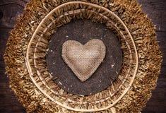 Un singolo cuore dentro un canestro Immagini Stock Libere da Diritti