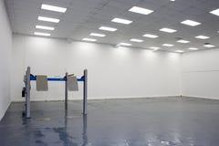Un singolo elevatore nel garage di servizio dell'automobile fotografia stock