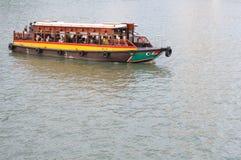 Un singolo traghetto su un fiume immagine stock
