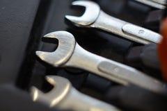 Un sistema con la herramienta en una tabla de madera Martillo, destornillador, llaves del gayachnye, alicates, cortaalambres Visi Imagenes de archivo