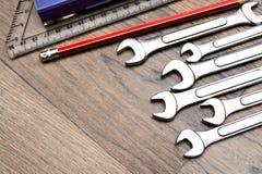 Un sistema con la herramienta en una tabla de madera Martillo, destornillador, llaves del gayachnye, alicates, cortaalambres Visi Fotografía de archivo
