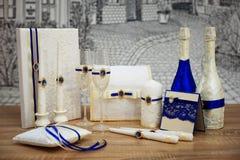 Un sistema de accesorios de la boda, adornado en cintas y joyería coloreadas Imagen de archivo