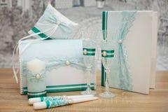 Un sistema de accesorios de la boda, adornado en cintas y joyería coloreadas Imagenes de archivo
