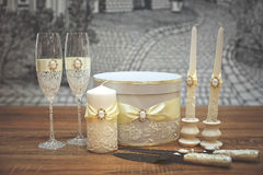Un sistema de accesorios de la boda, adornado en cintas y joyería coloreadas Fotografía de archivo libre de regalías