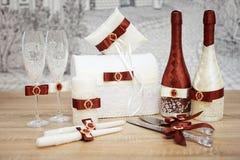 Un sistema de accesorios de la boda, adornado en cintas y joyería coloreadas Imagen de archivo libre de regalías